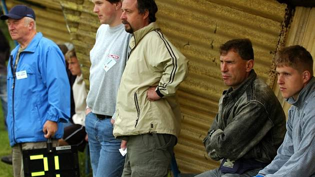 Lavička Zásady – trenér Luděk Kulhánek (vpravo) a vedoucí týmu Václav Lubas (uprostřed).