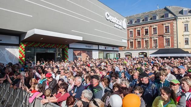 69a60c20b4 Slavnostní otevření obchodního domu Central v Jablonci. ...
