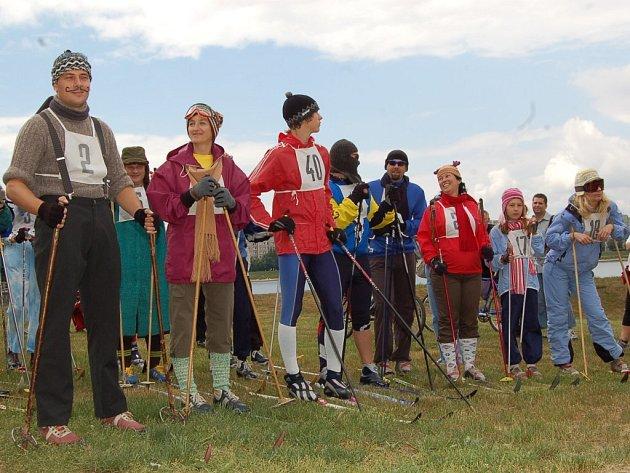 Téměř čtyřicet netradičních sportovců se v sobotu zúčastnilo závodu Prasoloppet kolem jablonecké přehrady. Závodníci oblékli teplé oblečení, masky a především staré bežkařské lyže.