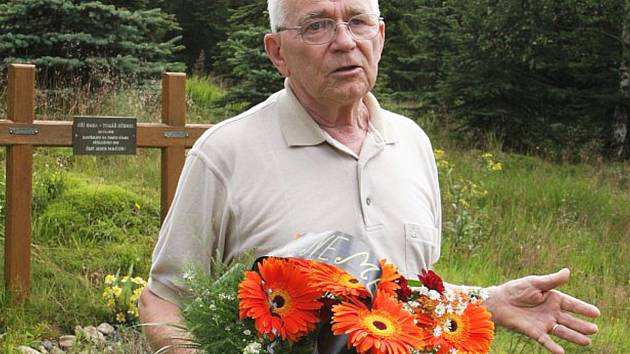 Robert Hofrichter u pomníčku nedaleko místa, kde se jako mladý s dalšími skrýval před SNB.