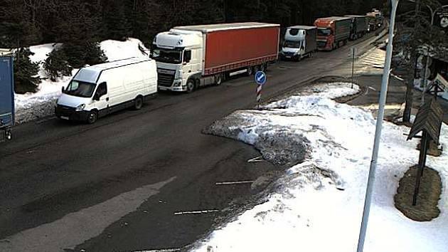 Situace z hraničního přechodu na I/10 v Harrachově. Kolona se tvořila už od křižovatky se silnicí I/14 Na Mýtě.