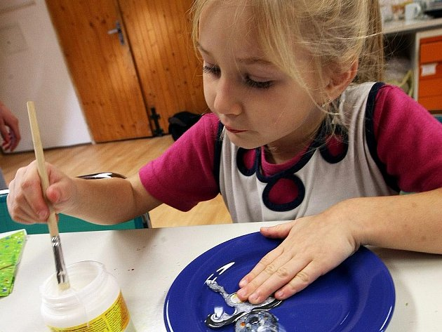 V Evropském výtvarném centru Sněženka ve Smržovce, děti malovaly na hrníčky a talíře.