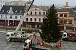 Jablonecké Mírové náměstí již zdobí vánoční strom