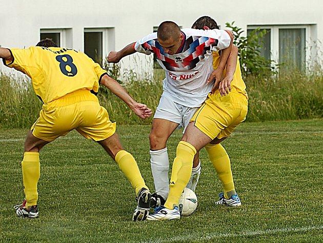 Pěnčín v posledním kole Krajského přeboru rozstřílel Hejnice vysoko 6:2. Na snímku domácí Nemyrovskyj bojuje s přesilou hostujících fotbalistů.