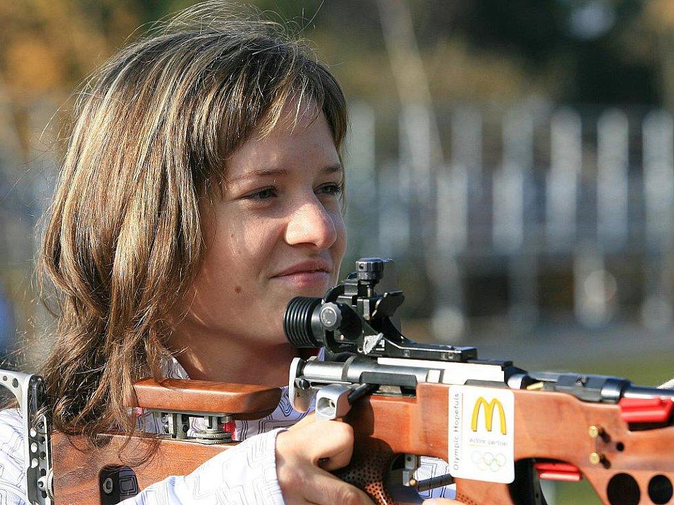 V jabloneckých Břízkách vyzkoušeli sportovci z různých odvětví střelbu na biatlonové terče ve střeleckém areálu Ski Klubu Jablonec. Hlavní dozor nad střelbou měla reprezentantka Veronika Vítková. Na snímku Kateřina Cachová - víceboj.