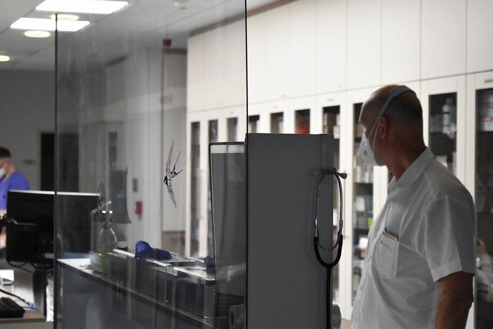 Primář ARO Nemocnice Jablonec Martin Bartoň kontroluje jedno z oddělení intenzivní péče.
