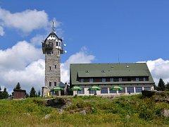 Rozhledna Královka v Jizerských horách a její okolí.
