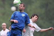 Fotbalisté Železného Brodu doma prohráli s lídrem divize Novou Pakou (v bílém) vysoko 5:2.
