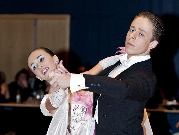 TANEČNÍ UKÁZKY jsou vítaným zpestřením každého plesu i večírku. Na snímku Dan Humpolec a Kateřina Kuncová, kteří tančili v Eurocentru na závěrečném věnečku TOPDANCE. Odměna za vystoupení je přímo úměrná výkonnosti tanečního páru. Tento má třídu A.
