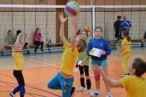 V rámci projektu Barevný minivolejbal se zapojují také děti z druhé a třetí třídy ZŠ Liberecká.