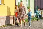 Rodiče vedou 4. září prvňáky do základní školy v Mříčné na Semilsku.