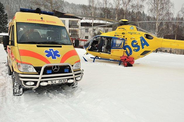 Transport zraněného vrtulníkem. Ilustrační snímek.