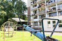 Sídliště na Jiráskově nábřeží se ještě letos dočká nových hřišť a chodníků.