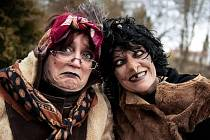 Čarodějnice Martina Hanušová a její sestra Dagmar Kubištová v lučanském útulku Dášenka, 2017.