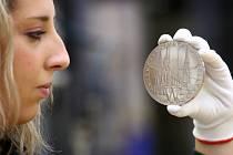 Akademický sochař Vladimír Oppl je autorem i půlkilogramové platinové medaile, která se razila v České mincovně minulý rok