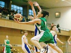 Basketbalistky Bižuterie porazily ve II. lize žen Lokomotivu Liberec (v bílém).