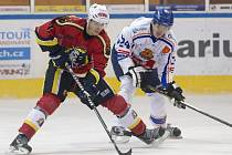 Jablonečtí hokejisté doma porazili Řisuty (v bílém) 4:1.