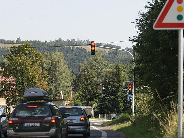 """Na silnici I/10 v Plavech instalovali takzvaný """"chytrý semafor"""", na němž nepřetržitě svítí červená. Aby se rozsvítila zelená, musí jet vozidlo několik desítek metrů před semaforem povolenou rychlostí."""