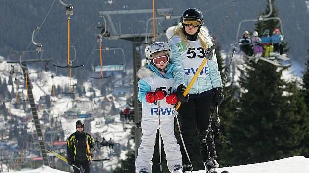 PANUJÍ IDEÁLNÍ SNĚHOVÉ PODMÍNKY. Vyznavači lyžařských sportů si užívají březnového sluníčka v Krkonoších na sjezdovce Medvědín ve Špindlerově Mlýně.