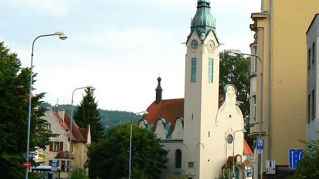 Starokatolický kostel Povýšení svatého Kříže, Náměstí Boženy Němcové, Jablonec nad Nisou. Kostel byl postaven v secesním stylu v letech 1900 - 1902. Plány navrhl jablonecký architekt Josef Zasche, stavbu provedla firma Emiliana Herbiga.