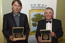 Jan Vízek (vpravo) a Jan Strnad s cenami PRO MERITIS 2016