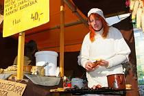 Trhovci s vánočním zbožím obsadili centrum Jablonce a budou zde sídlit až do 19. prosince. Rekordních sto třicet prodejců nabídne své produkty na letošních Vánočních trzích na Mírovém náměstí a v areálu Eurocentra v Jablonci nad Nisou.