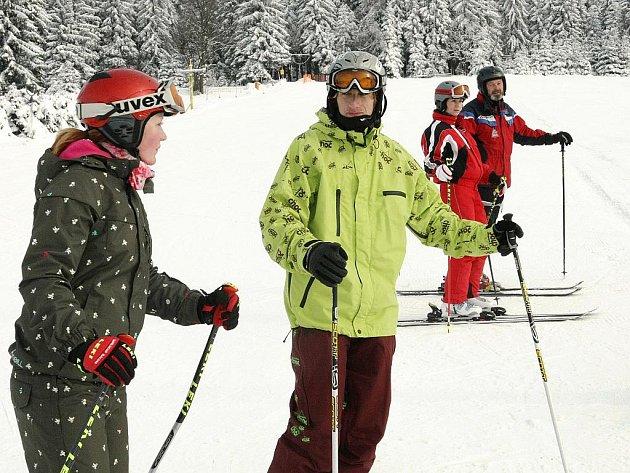 Na svazích Severáku v Hraběticích v Jizerských horách začala v pátek letošní sezona. Na cvičné sjezdovce se už proháněla i jedna z lyžařských škol.