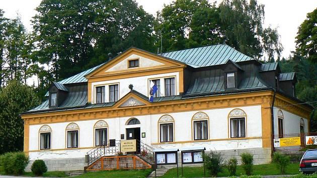 Zámeček, Náměstí T.G.Masaryka, Smržovka. Původně první sídlo majitele smržovského panství, hraběte Desfours, dnes v něm sídlí Kulturní středisko Městského úřadu s výstavní síní a Muzeem historie.