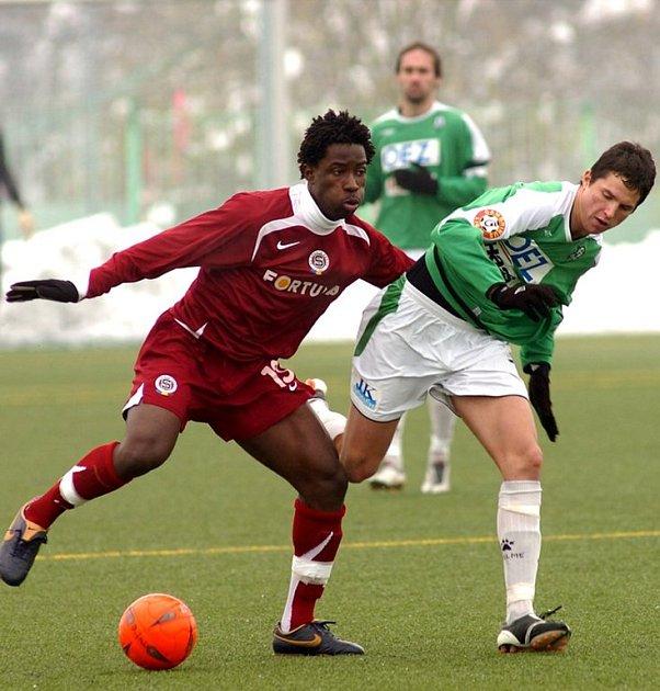Jablonec se Spartou remizoval 0:0. Na snímku souboj pražského fotbalisty Bony Wilfrieda s jabloneckým stoperem Pavlem Eliášem.