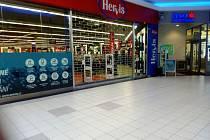 Prázdné chodby a zavřené obchody v jabloneckých obchodních centrech Rýnovka a Centrál.