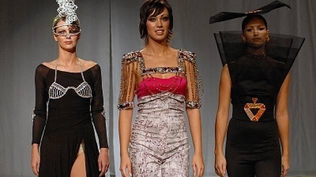Modelky se po molu v jabloneckém Eurocentru pohybovaly s lehkostí. Exkluzivní bižuterie a oděvy vznikaly společně. Vybraný počet návrhářů byl daný čtyřmi ročními obdobími.  Na snímku Jaro od autora Borise Hanečky ze Slovenska.