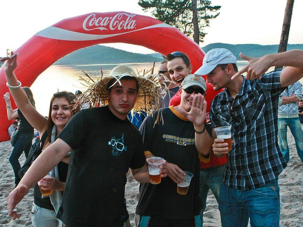 Nejnavštěvovanější taneční festival Mácháč má letos ve jménu ještě 10 jako desátý ročník. Letos začal v pátek 20. srpna v šest večer a skončil v sobotu nad ránem.