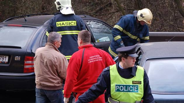 Sejdou se na místě. Integrovaný záchranný systém má svá pravidla. Na dojezd k nehodám a záchranným akcím mají stanovenné limity.  V mnoha případech přijíždějí hasiči, policie i záchranka současně.