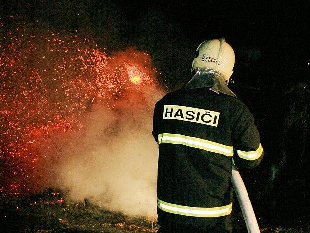 Neznámý žhář zapálil v pondělí okolo desáté hodiny večer balíky sena ve Vratislavicích za hřbitovem.