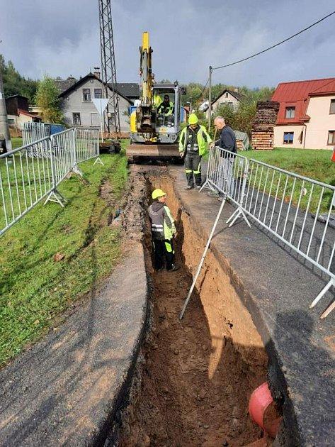 Výkopové práce při pokládce plynového potrubí do Velkých Hamrů.