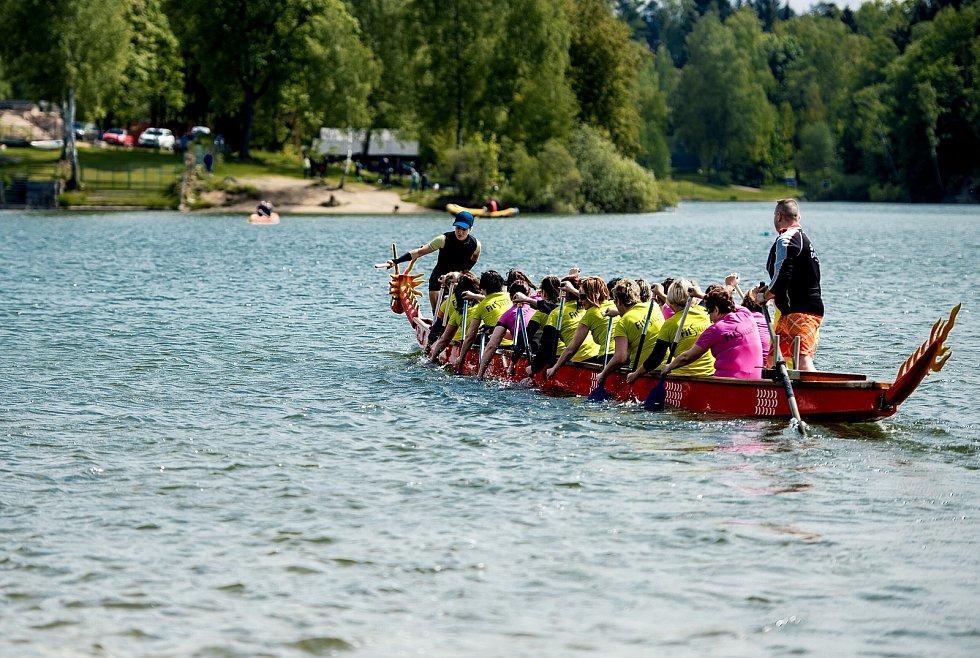 Závody dračích lodí na jablonecké přehradě, 2015.