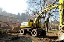 JIRÁSKOVO NÁBŘEŽÍ rok 2011 výstavba nových dětských hřišť a chodníků.