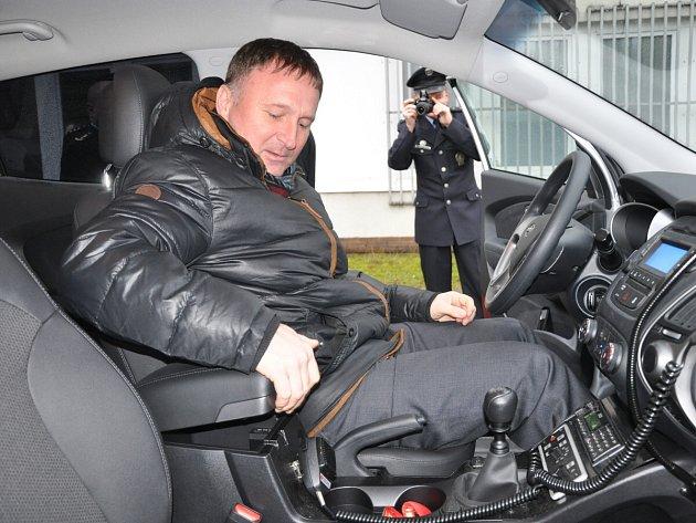 Nové policejní vozy si prohlédl i primátor Jablonce Petr Beitl