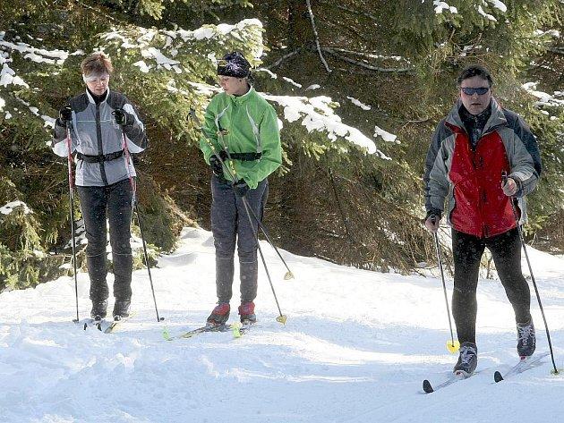 Krásné počasí a upravená běžecká stopa přilákala do Jizerských hor o víkendu stovky běžkařů.