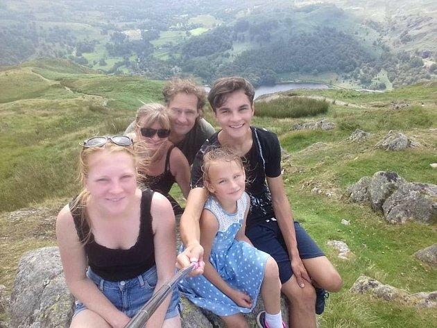 Jiří Mark se svojí rodinou na turistickém výletě.