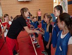 Malí školáci ze Semil vzhlíželi k basketbalistce Burgrové .