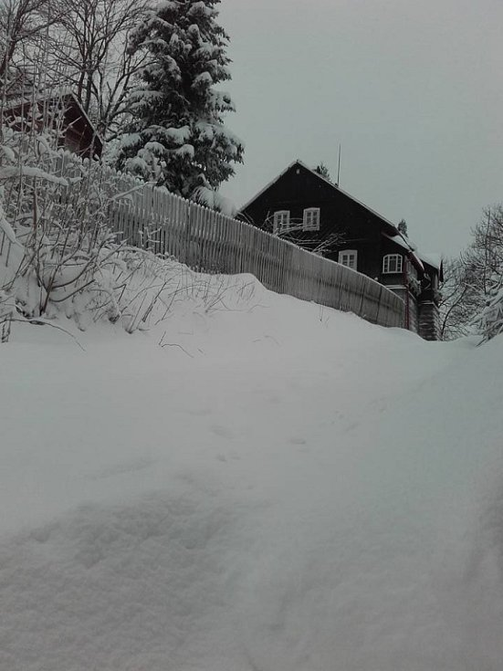 Do Libereckého kraje dorazila zima 2017. Někde působí velké komplikace, někde hodně radosti. čtenáři se na facebooku podělili o fotografie.