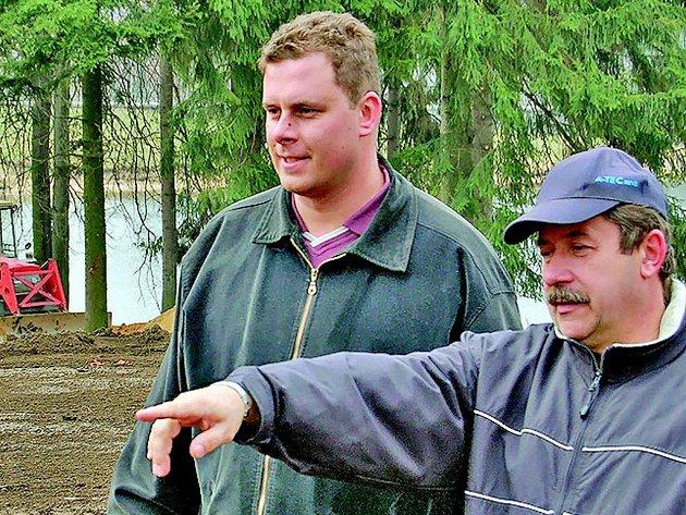 Ředitel technických služeb Milan Nožička ukazuje budoucí Tomův park.