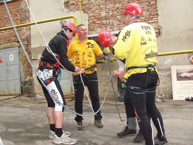 Majitel firmy Detoa, starosta Albrechtic v Jizerských horách a senátor Jaroslav Zeman spolu s vedoucí výroby Víťou Poprem lezli v první vlně.