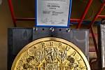 V České mincovně v Jablonci vážili největší frézovanou a gravírovanou minci na světě.