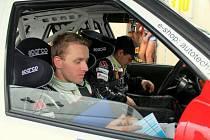 Automobilový závodník David Kovář (vzadu) s navigátorem Tomášem Preislerem