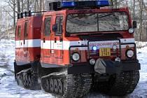 Z Liberce do Frýdlantského výběžku bylo vysláno obojživelné pásové vozidlo Hägglunds profesionálních hasičů, které strávilo noc na stanici v Raspenavě.