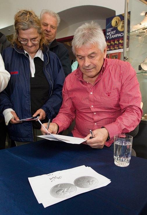 Olympijská vítězka Martina Sáblíková zavítala do Jablonce nad Nisou. Na snímku se podepisuje trenér Petr Novák.
