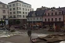 Takto si liják a silný nárazový vítr pohrál s terasami na Mírovém náměstí.