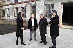 Jiřího Dienstbiera (vpravo) doprovázela po Hamrech náměstkyně hejtmana Lenka Kadlecová, náměstek ministra Marek Ondroušek (v košili) a starosta Velkých Hamrů Jaroslav Najman.